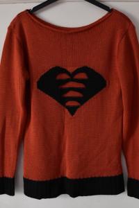 Pomarańczowy akrylowy sweter z czarnym sercem i wstawkami Werda...