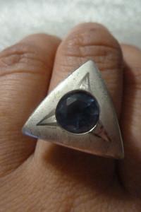 pierścionek srebro z niebieskim oczkiem