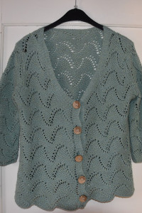 Zielony akrylowy sweterek ażurowy przeplatany złotymi nitkami r...