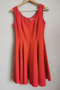 Czerwona sukienka marki Rou...