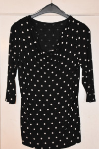 Czarna bluzka z rękawem 3 4 w białe kropki z dekoltem woda rozm...