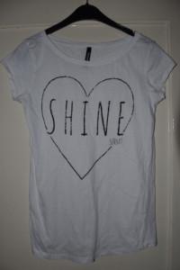 Biała koszulka z krótkim rękawkiem z czarnym brokatowym sercem ...