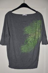 Szara luźna bluzka z rękawem 3 4 oversize zielony nadruk srebrn...