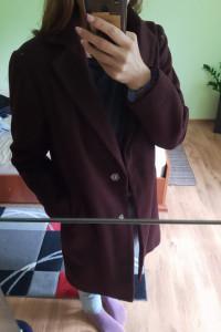 Bordowy płaszcz...