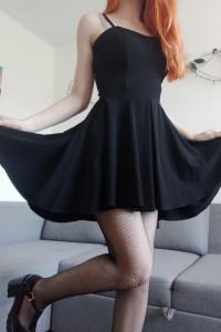 Elegancka rozkloszowana czarna sukienka
