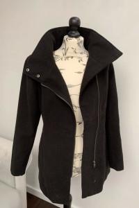 Elegancki czarny płaszczyk w rozmiarze 36...