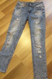 jeansy z modnymi dziurami...