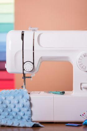 Maszyna do szycia – urządzenie niezbędne w domu każdej mamy i babci