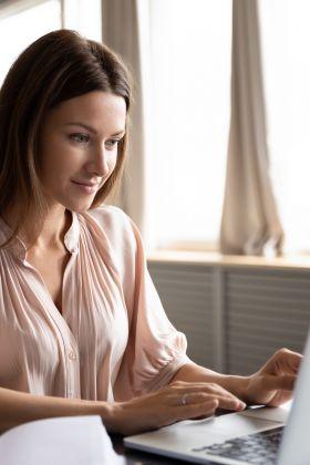 Pracujesz zdalnie? Postaw na wiosenny makijaż podczas wideokonferencji