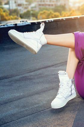 Z czym nosić sneakersy damskie?